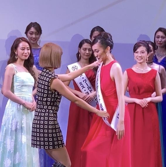 ミス・ワールド日本大会にSaoさんが登壇!日本代表にタスキをかけました